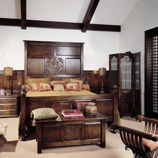 На фото: хозяйская спальня в викторианском стиле с белыми стенами и бежевым полом с