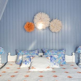 モスクワのシャビーシック調のおしゃれな寝室 (青い壁)