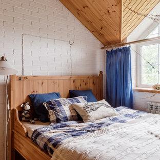 На фото: хозяйская спальня в стиле кантри с белыми стенами с