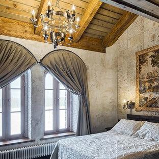 Стильный дизайн: хозяйская спальня в средиземноморском стиле с бежевыми стенами - последний тренд