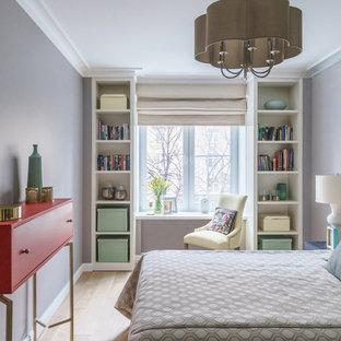 Идея дизайна: спальня в современном стиле с фиолетовыми стенами и светлым паркетным полом