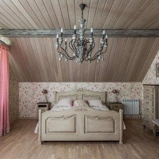 Modelo de habitación de invitados romántica con suelo de madera clara y paredes rosas