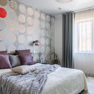 Неиссякаемый источник вдохновения для домашнего уюта: большая спальня в современном стиле с серыми стенами и серым полом