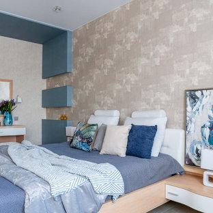 На фото: большая хозяйская спальня в современном стиле с бежевыми стенами и серым полом
