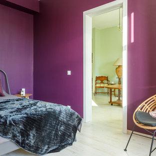 Diseño de dormitorio principal, actual, con paredes verdes y suelo beige