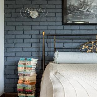 Неиссякаемый источник вдохновения для домашнего уюта: хозяйская спальня в стиле лофт с серыми стенами, ковровым покрытием и бежевым полом