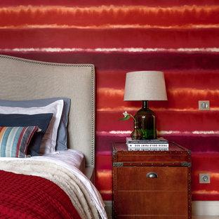 Diseño de dormitorio principal, ecléctico, de tamaño medio, con paredes rojas, suelo de baldosas de porcelana y suelo beige