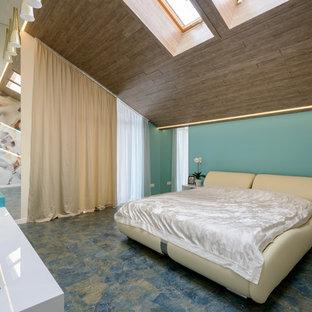 Foto de dormitorio principal, actual, de tamaño medio, con paredes multicolor y suelo de corcho