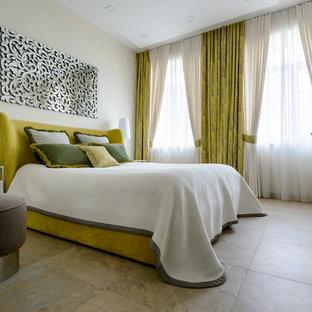 Свежая идея для дизайна: спальня в современном стиле с бежевыми стенами и бежевым полом - отличное фото интерьера