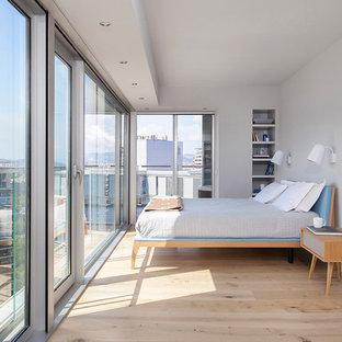Diseño de dormitorio principal, contemporáneo, pequeño, con paredes grises, suelo de madera clara y suelo beige