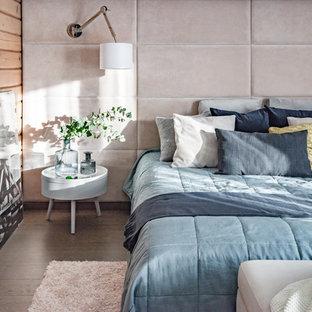 他の地域の中サイズのコンテンポラリースタイルのおしゃれな主寝室 (ベージュの壁、無垢フローリング、茶色い床) のレイアウト