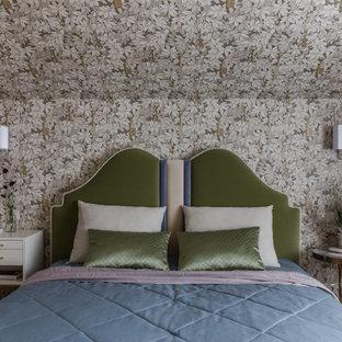 На фото: маленькая хозяйская спальня в стиле неоклассика (современная классика) с