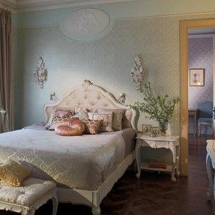Свежая идея для дизайна: хозяйская спальня в классическом стиле с паркетным полом среднего тона и разноцветными стенами - отличное фото интерьера