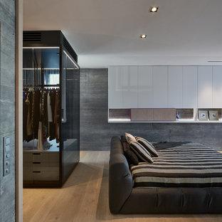 Пример оригинального дизайна: хозяйская спальня среднего размера в современном стиле с серыми стенами, светлым паркетным полом и бежевым полом