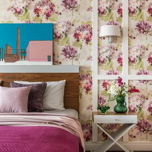 Пример оригинального дизайна: хозяйская спальня в современном стиле с разноцветными стенами
