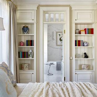 Стильный дизайн: спальня в классическом стиле с бежевыми стенами без камина - последний тренд