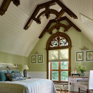 Пример оригинального дизайна: спальня в классическом стиле с зелеными стенами, паркетным полом среднего тона и коричневым полом