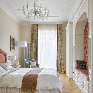Свежая идея для дизайна: большая хозяйская спальня в классическом стиле с бежевыми стенами, паркетным полом среднего тона, многоуровневым потолком и коричневым полом - отличное фото интерьера