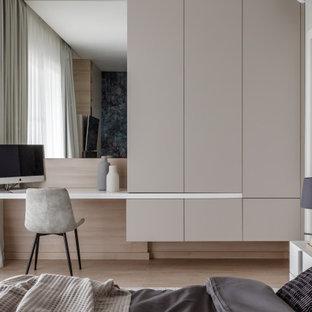 Свежая идея для дизайна: хозяйская спальня в современном стиле с белыми стенами, светлым паркетным полом и бежевым полом - отличное фото интерьера
