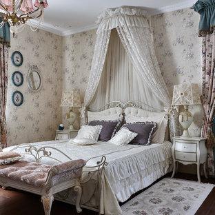 Идея дизайна: спальня в классическом стиле с бежевыми стенами, темным паркетным полом и коричневым полом