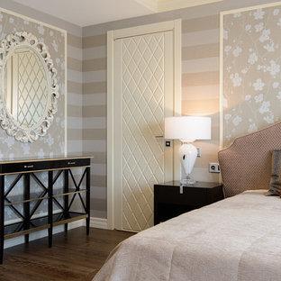 Diseño de dormitorio principal, clásico renovado, con paredes multicolor, suelo de madera oscura y suelo marrón