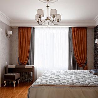 Неиссякаемый источник вдохновения для домашнего уюта: хозяйская спальня среднего размера в классическом стиле с серыми стенами и паркетным полом среднего тона