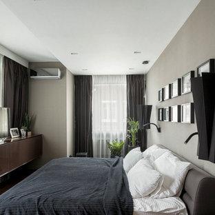 Идея дизайна: хозяйская спальня в современном стиле с серыми стенами, паркетным полом среднего тона и коричневым полом