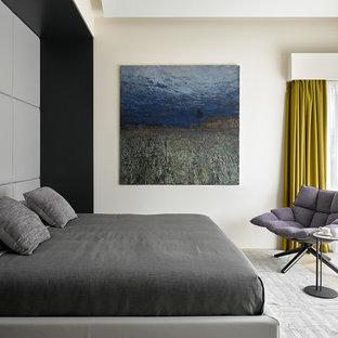 Свежая идея для дизайна: спальня в современном стиле с бежевыми стенами, светлым паркетным полом и бежевым полом - отличное фото интерьера