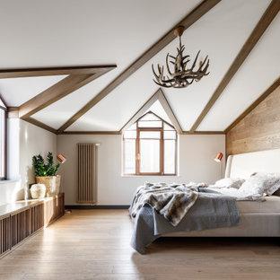 Diseño de dormitorio principal y madera, campestre, grande, madera, con paredes blancas, suelo de madera clara, suelo beige y madera
