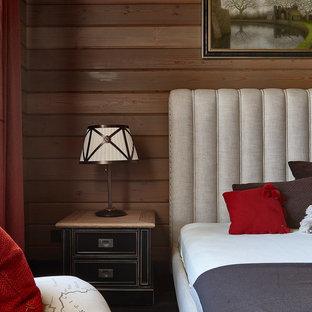 Свежая идея для дизайна: спальня в стиле кантри с коричневыми стенами - отличное фото интерьера