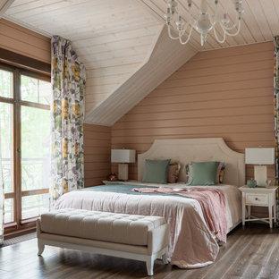 Стильный дизайн: хозяйская спальня в стиле рустика с коричневым полом, розовыми стенами и темным паркетным полом - последний тренд