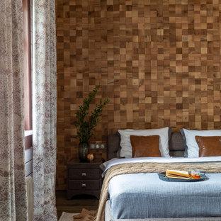 Пример оригинального дизайна интерьера: хозяйская спальня в современном стиле с коричневыми стенами