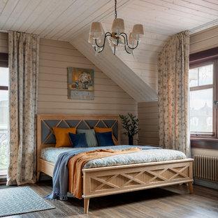 На фото: спальня в стиле кантри с бежевыми стенами, коричневым полом и темным паркетным полом