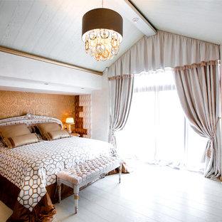 На фото: спальни в стиле современная классика с бежевыми стенами, светлым паркетным полом и белым полом