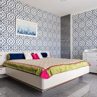 На фото: спальня в современном стиле с разноцветными стенами и серым полом с