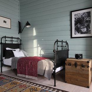 Свежая идея для дизайна: гостевая спальня в стиле фьюжн с синими стенами, светлым паркетным полом и бежевым полом - отличное фото интерьера