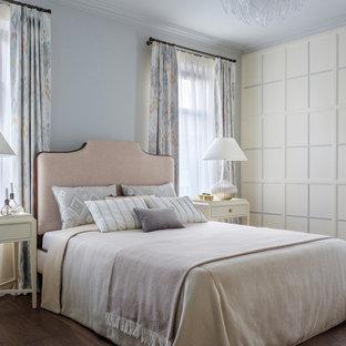 Стильный дизайн: хозяйская спальня в стиле неоклассика (современная классика) с белыми стенами, темным паркетным полом и коричневым полом - последний тренд