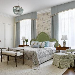 Неиссякаемый источник вдохновения для домашнего уюта: хозяйская спальня в стиле современная классика с паркетным полом среднего тона, коричневым полом и бежевыми стенами