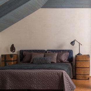 Modelo de dormitorio principal, contemporáneo, grande, con suelo de corcho, suelo marrón y paredes beige