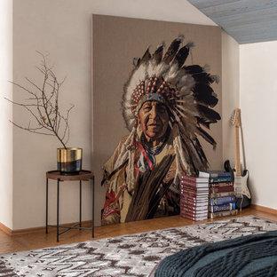Idee per una grande camera matrimoniale contemporanea con pavimento in sughero, pavimento marrone e pareti beige