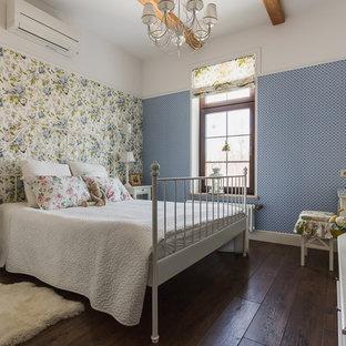 На фото: с невысоким бюджетом спальни среднего размера в классическом стиле с разноцветными стенами, темным паркетным полом и коричневым полом