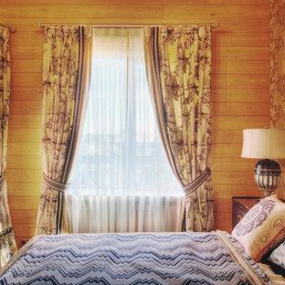 Diseño de dormitorio principal, tradicional renovado, grande, con paredes beige, suelo de madera en tonos medios y suelo rojo
