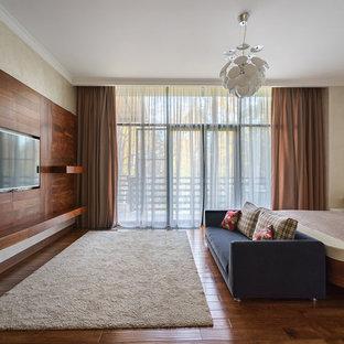 Идея дизайна: хозяйская спальня в современном стиле с бежевыми стенами, темным паркетным полом и коричневым полом