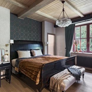 Неиссякаемый источник вдохновения для домашнего уюта: хозяйская спальня в стиле рустика с разноцветными стенами, балками на потолке, деревянным потолком, обоями на стенах и светлым паркетным полом