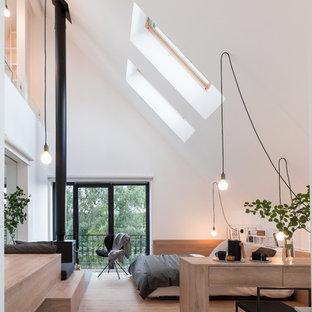 Idee per una camera padronale contemporanea con pareti bianche, pavimento in legno massello medio, stufa a legna, cornice del camino in metallo e pavimento beige