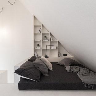 Стильный дизайн: спальня на антресоли в современном стиле с белыми стенами и белым полом - последний тренд