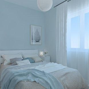 Свежая идея для дизайна: маленькая хозяйская спальня в скандинавском стиле с синими стенами и полом из ламината - отличное фото интерьера