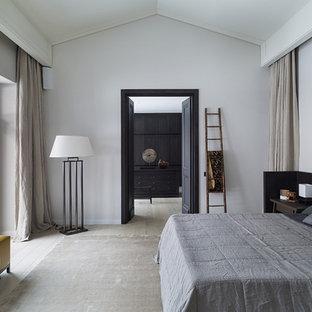 На фото: спальня в современном стиле с белыми стенами, светлым паркетным полом и бежевым полом с