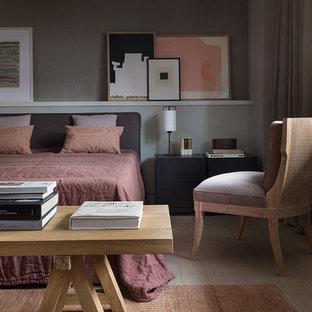 Стильный дизайн: спальня в современном стиле с серыми стенами и светлым паркетным полом - последний тренд