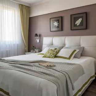 Пример оригинального дизайна: хозяйская спальня в стиле современная классика с коричневыми стенами, темным паркетным полом и коричневым полом